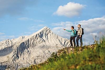 KK_GaPa_Wanderer_vor_Alpspitze_-C-Markt_Garmisch-Partenkirchen_ChristianStadler_CMYK