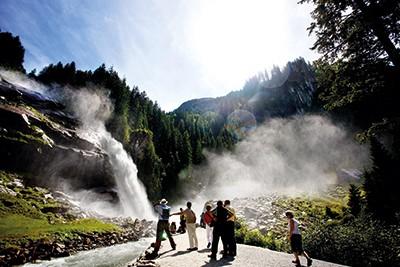 Wasserfall_Besucher_SalzburgerLand-Tourismus